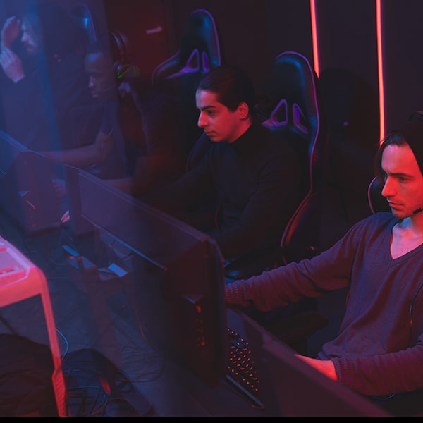 e-sport-game-in-computer-club-min